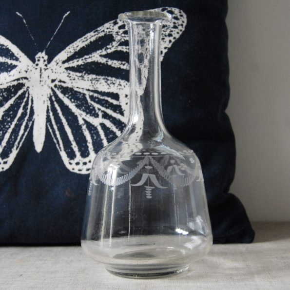 Carafe ancienne en verre gravé