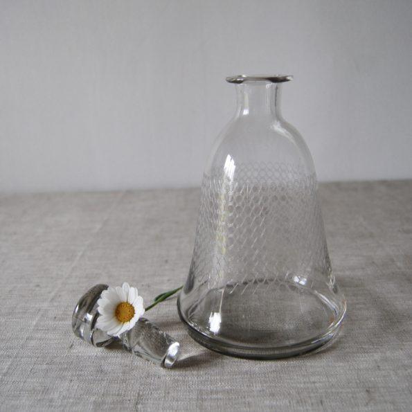 Ancienne carafe en verre ciselé