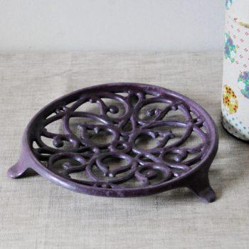 Dessous de plat ancien en fonte violet