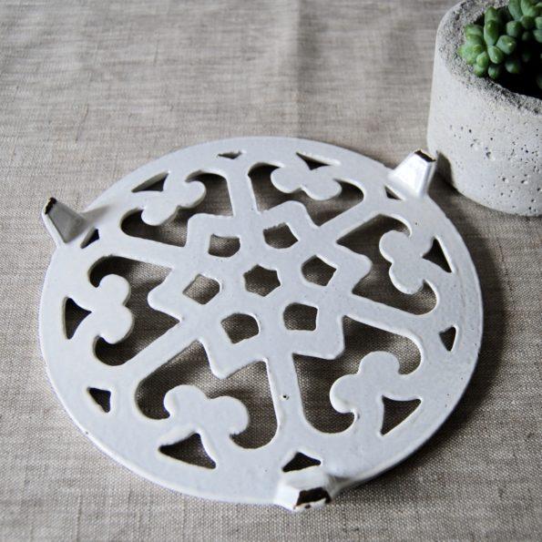 Dessous de plat ancien en fonte blanc