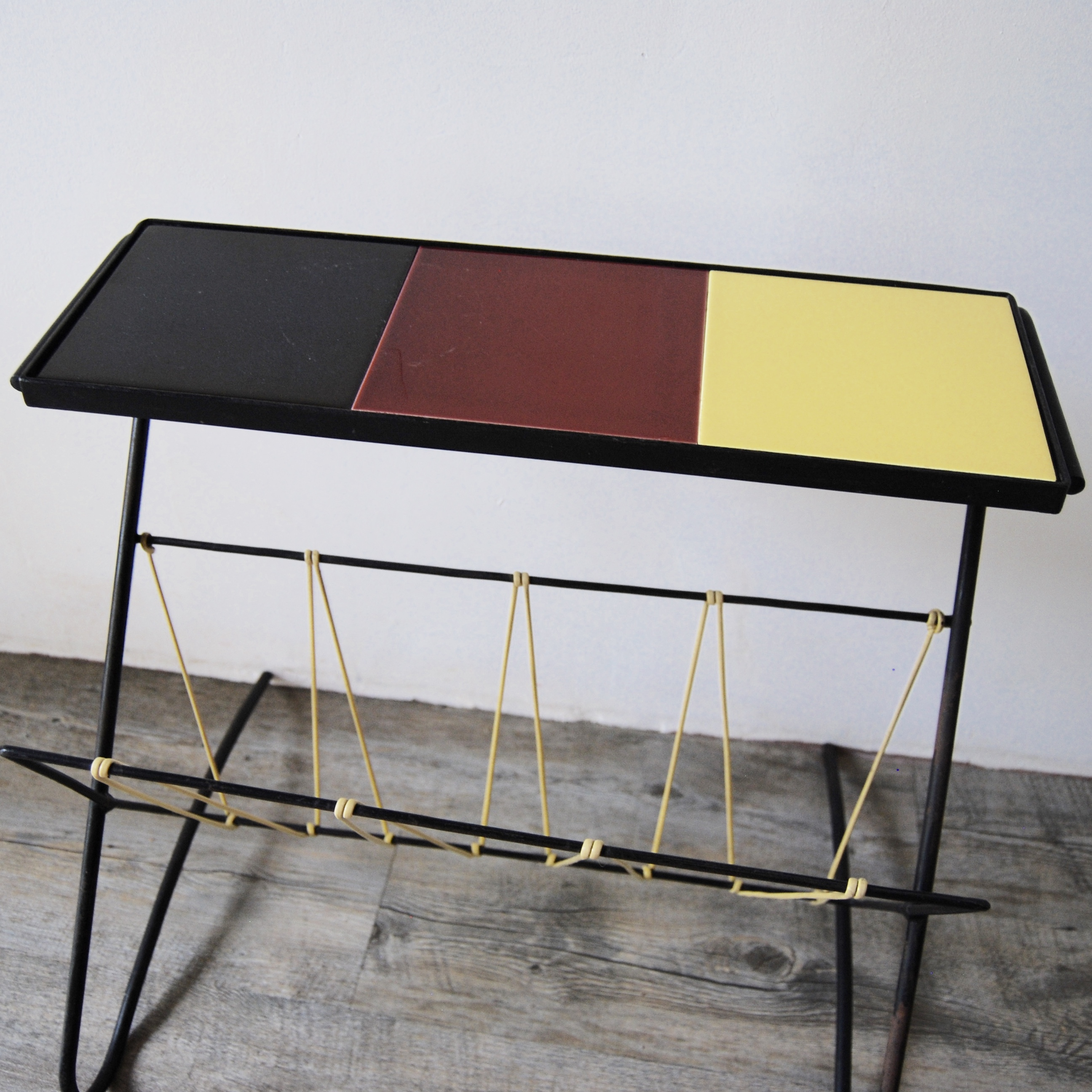 table porte revue scoubidou et c ramique vintage brocante avenue. Black Bedroom Furniture Sets. Home Design Ideas