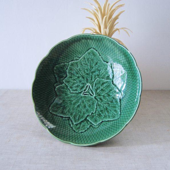 Plat en barbotine vert Gien