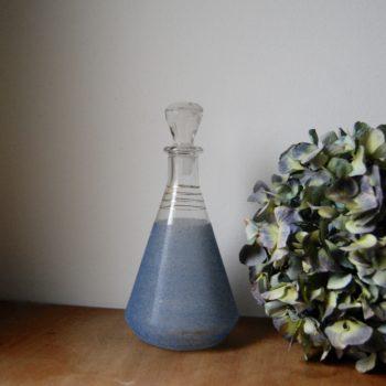 Carafe en verre granité bleu