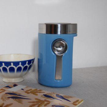 Boîte hermétique avec cuillère magnétique