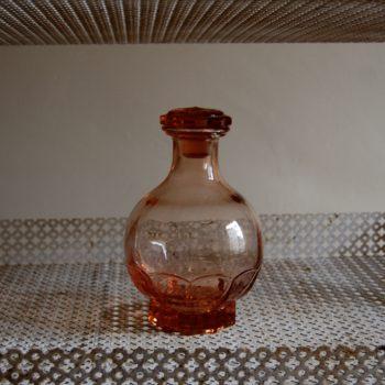 Carafe en verre rose