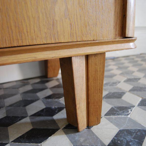Armoire asymétrique en bois