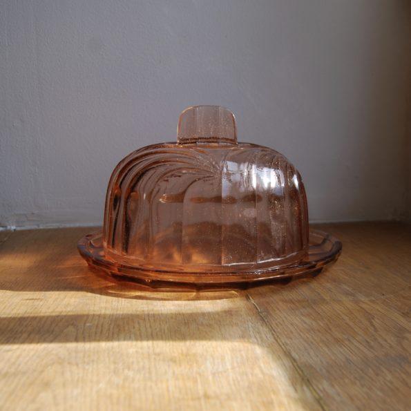 Plat en verre rose avec cloche