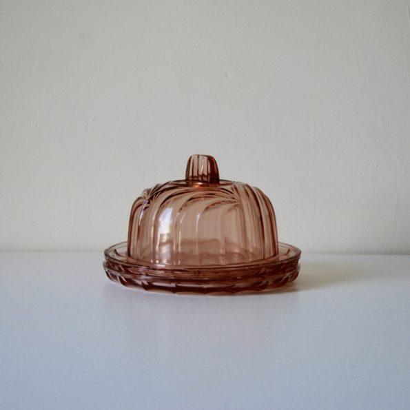 Plats en verre rose avec cloche