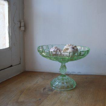 Plat sur pied en verre ciselé vert
