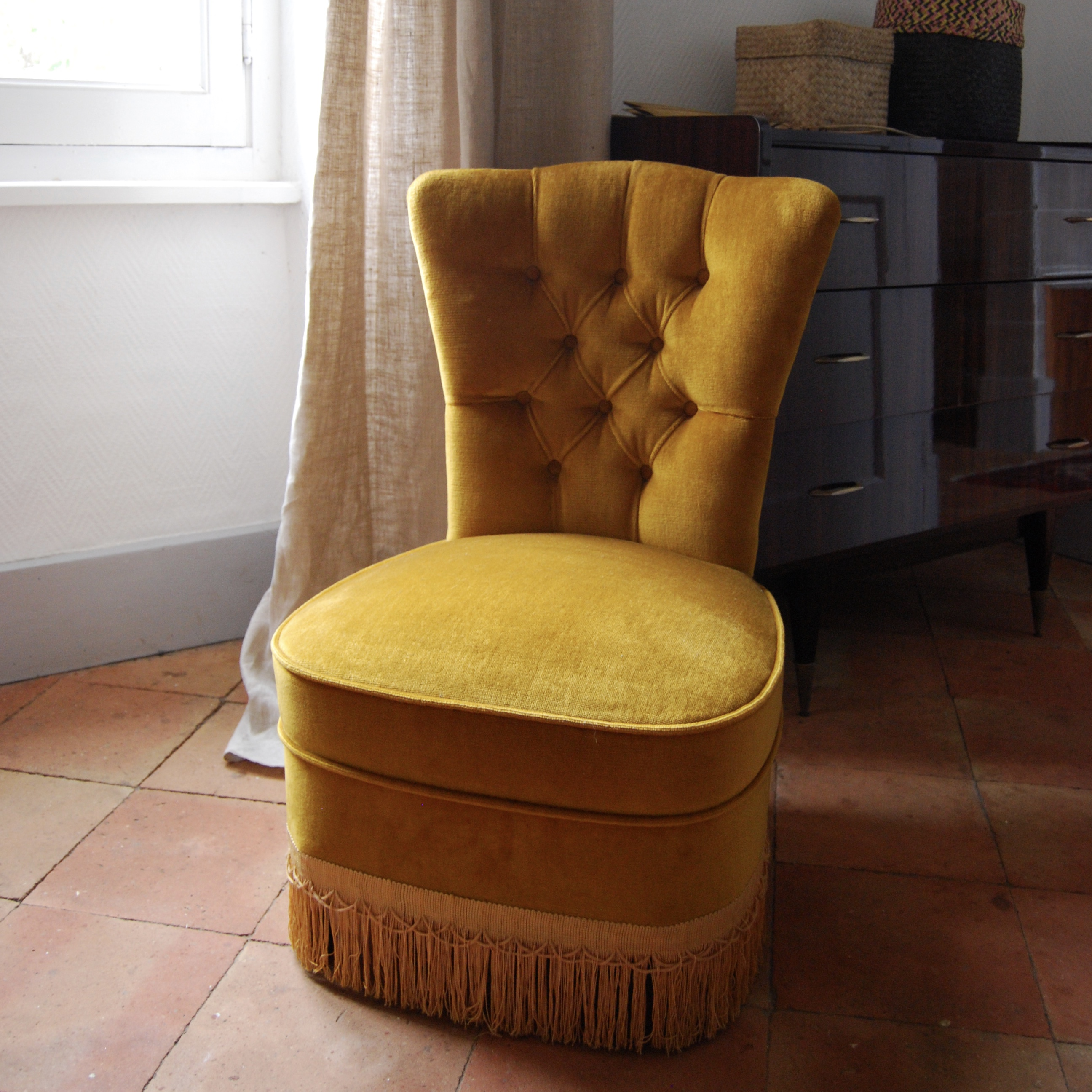 fauteuil crapaud en velours jaune brocante avenue. Black Bedroom Furniture Sets. Home Design Ideas