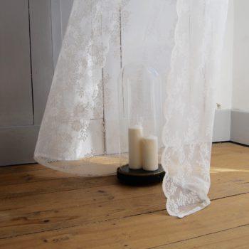 Globe de mariée en verre soufflé 19ème forme allongée bouteille socle en bois noirci