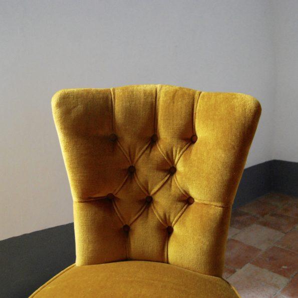 Fauteuil crapaud en velours jaune capitonné à franges