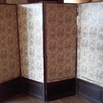 Paravent ancien bois et textile avec soubassement en bois ouvragé