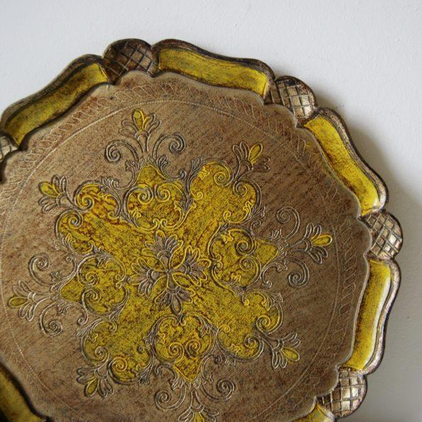 Plateau florentin rond en bois peint jaune or