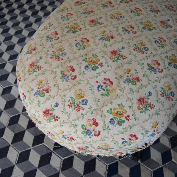 Méridienne ancienne en tissu beige motif fleuri