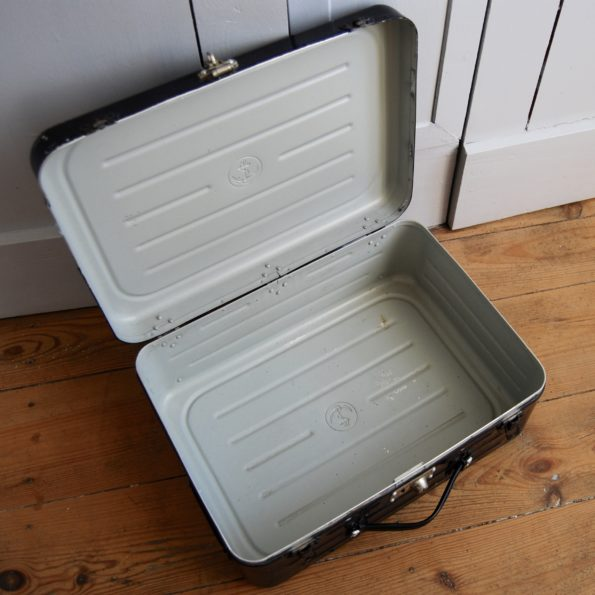 Ancienne valise de la Marine noir métal