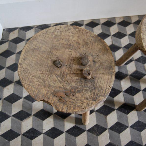 Ancien tabouret de ferme tripode traite de vache en bois vintage