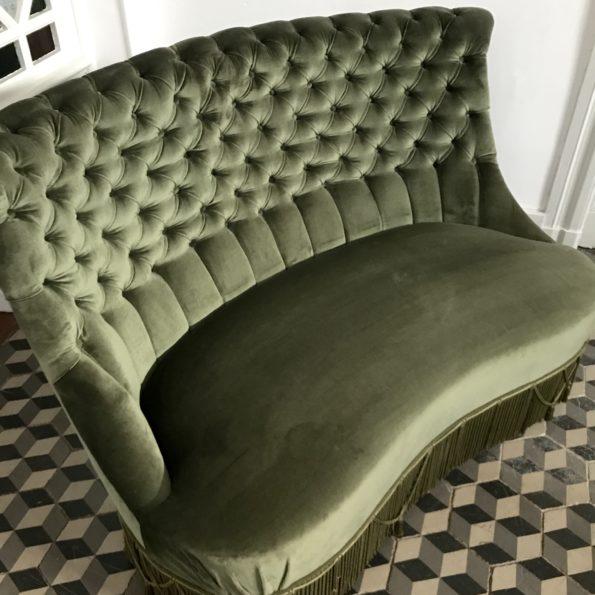 Canapé crapaud velours vert foncé forme haricot banane vintage capitonné franges