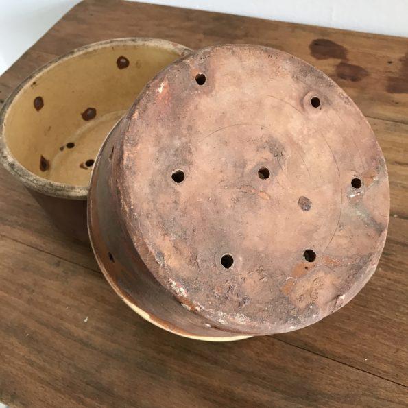 Ancien moule à faisselle en terre vernissé passoire