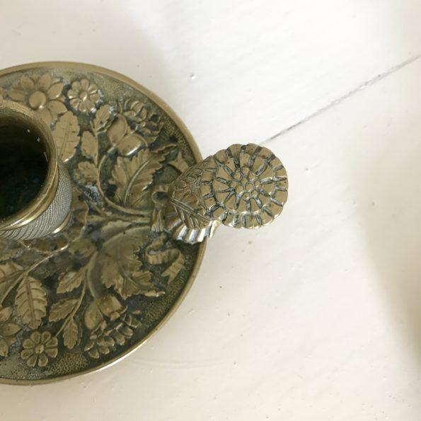 Bougeoir à main ancien en laiton motifs en relief fleurs