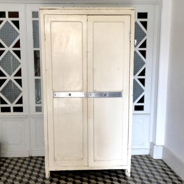 Armoire parisienne vintage patinée blanche