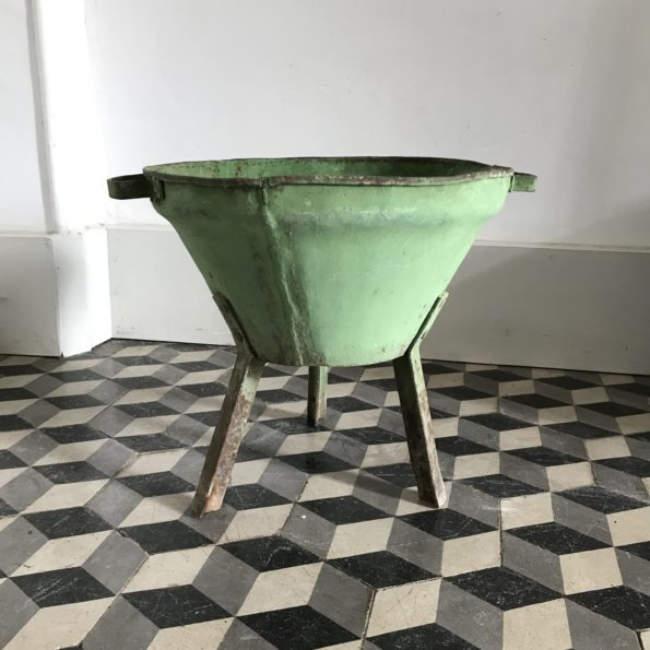 Jardinière sur pied tripode en métal vert brasero vintage patine