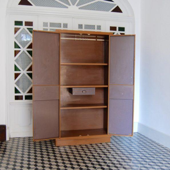 Ancienne armoire métallique de cuisine vintage