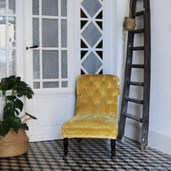 Fauteuil crapaud prince velours jaune vintage capitonné