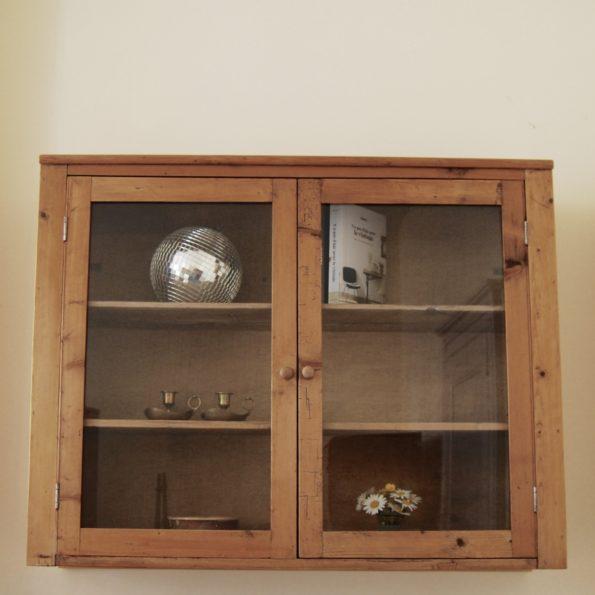 Vitrine en pin meuble ancien