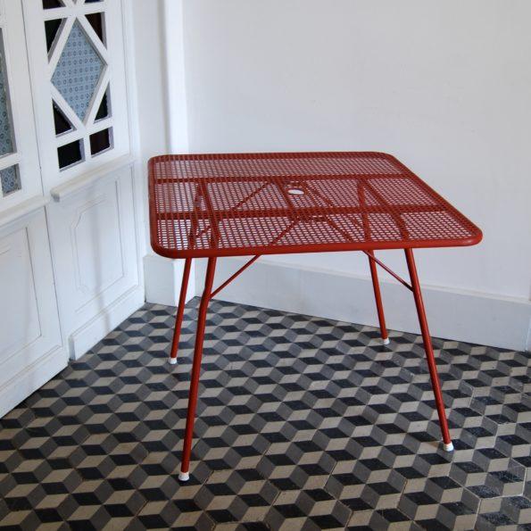 Table de jardin pliante ajourée en métal rouge type René Malaval