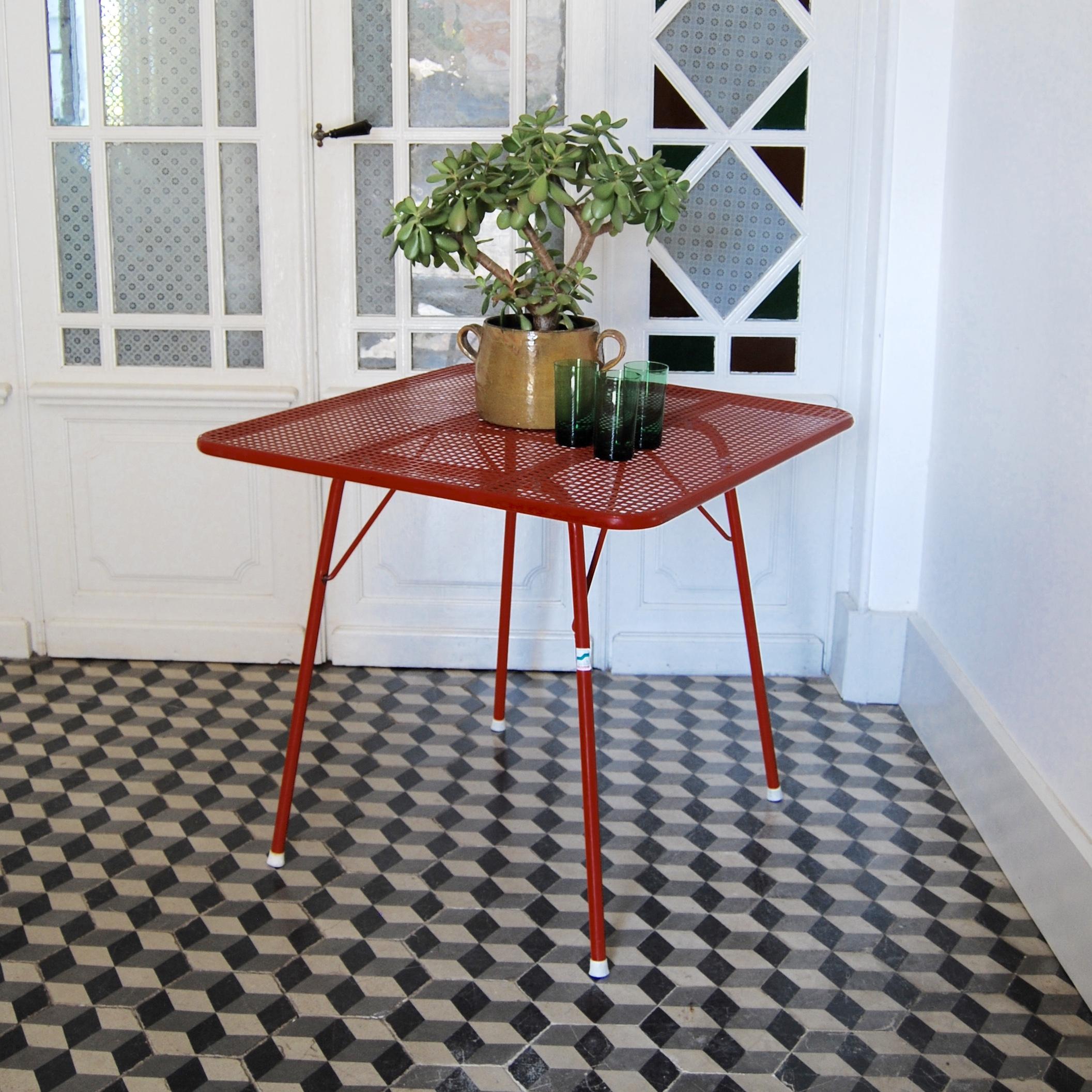 Table pliante en métal rouge type Malaval