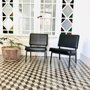 paire fauteuils chauffeuses simili cuir noir