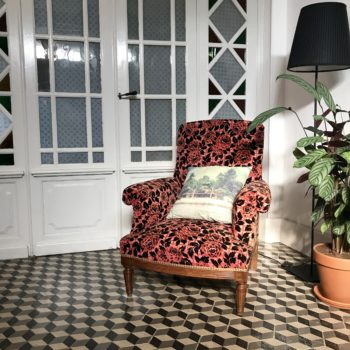 Fauteuil anglais vintage en velours à fleurs damassé