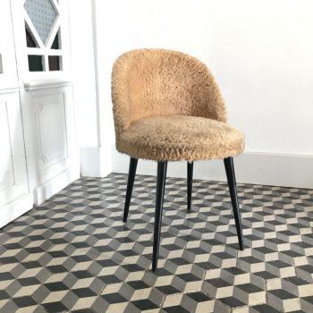 Chaise cocktail moumoute fausse fourrure avec pieds compas en bois