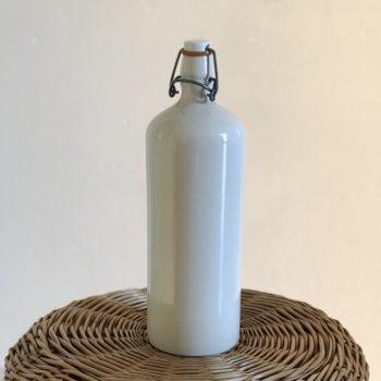 Bouteille en grès vernissé blanc