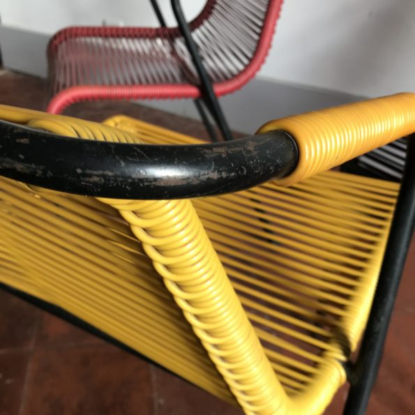 Fauteuil scoubidou accoudoir jaune rouge noir