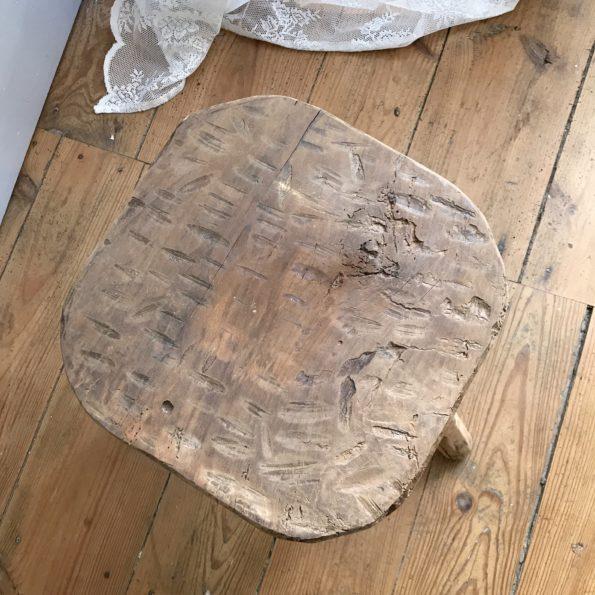 Ancien tabouret de ferme en bois tripode
