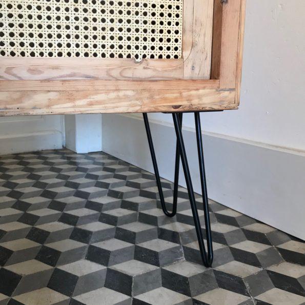Meuble bas en bois et cannage piètement épingle métal noir