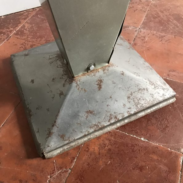 Table Tolix Xavier Pauchard modèle Kub métal pied conique vert kaki