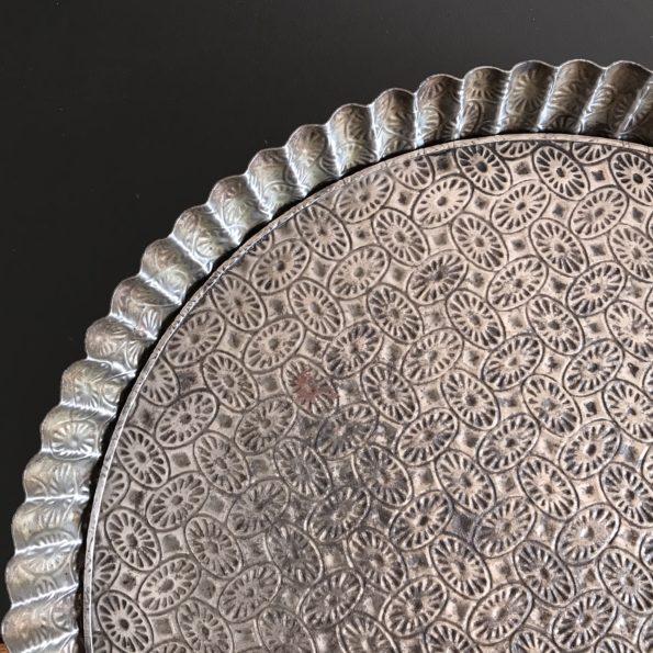 Moule à tarte ancien en fer blanc aux motifs emboutis