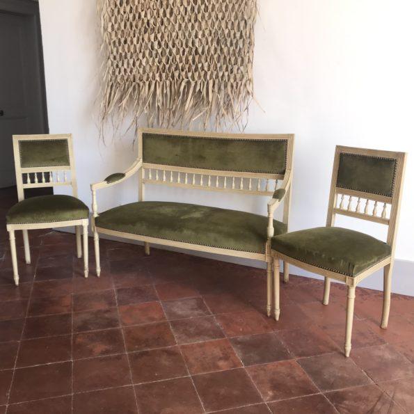 Ensemble banquette et chaises Louis XVI tissu velours vert kaki et pieds fuselés cannelés sculptés Belle patine