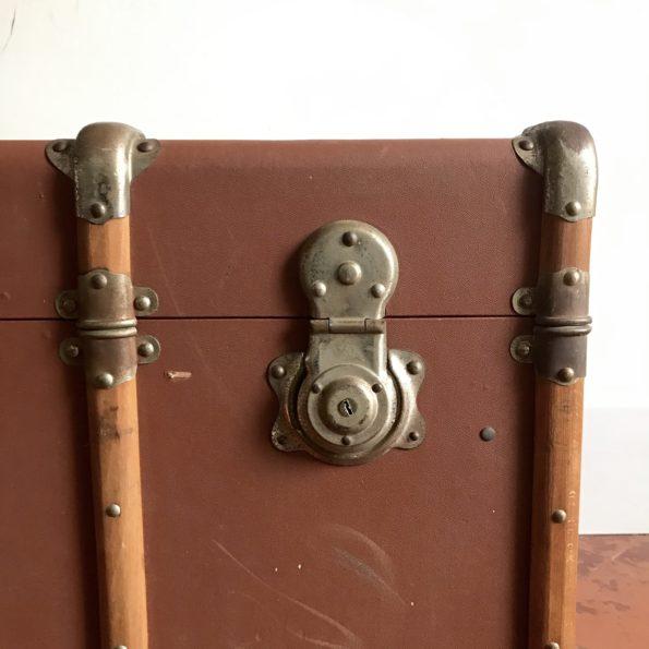 Malle ancienne de voyage avec renforts en bois et poignées en cuir vintage