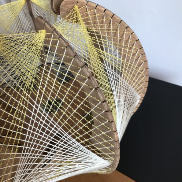 Suspension scandinave fils et bois jaune blanc