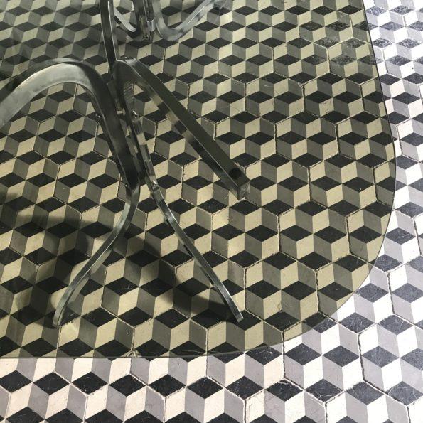Table à manger ovale vintage en verre fumé vert et piètement tubulaire en acier chrome