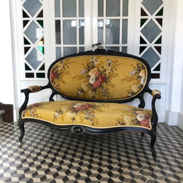 Canapé Napoléon 3 en bois noirci et tissu motif floral à roulettes ancien vintage
