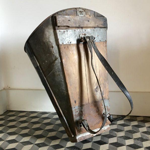 Ancienne hotte de vigneron en zinc et bois avec les 2 sangles en cuir de portage