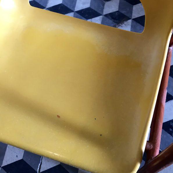 Chaise d'enfant vintage en plastique jaune et piétement métal