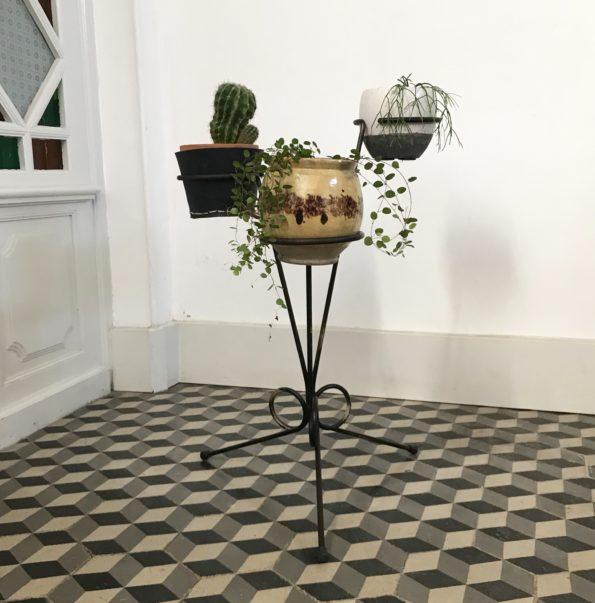 Porte plantes ancien en métal noir tripode pour 3 plantes