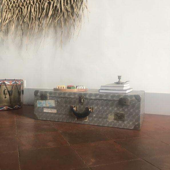 Valise ancienne en métal alu avec reflets métalliques et poignée en cuir