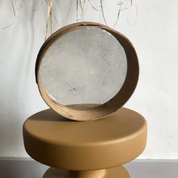 """Ancien tamis vintage avec fond grillagé et contour en bois brut """"numéro 60"""" miroir"""